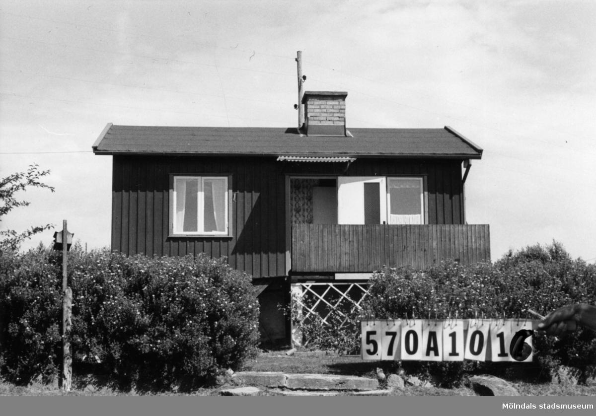 Byggnadsinventering i Lindome 1968. Gastorp 1:66. Hus nr: 570A1016. Benämning: fritidshus och redskapsbod. Kvalitet: god. Material: trä. Tillfartsväg: framkomlig. Renhållning: soptömning.