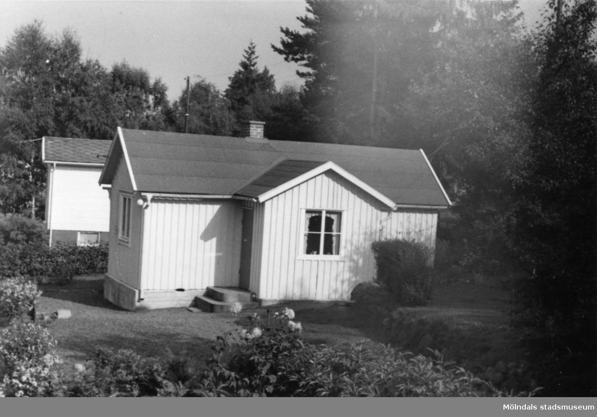 Byggnadsinventering i Lindome 1968. Bräcka 1:33. Hus nr: 570A2058. Benämning: fritidshus och redskapsbod. Kvalitet, fritidshus: god. Kvalitet, redskapsbod: mindre god. Material: trä. Tillfartsväg: framkomlig. Renhållning: soptömning.