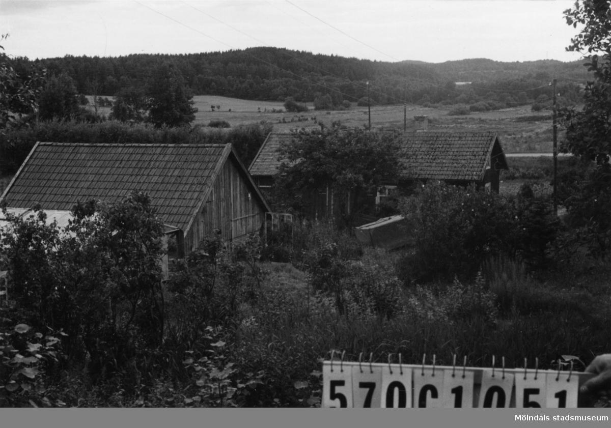 Byggnadsinventering i Lindome 1968. Dvärred 2:56. Hus nr: 570C1051. Benämning: permanent bostad och ladugård. Kvalitet: mindre god. Material: trä. Övrigt: växthus. Tillfartsväg: framkomlig.
