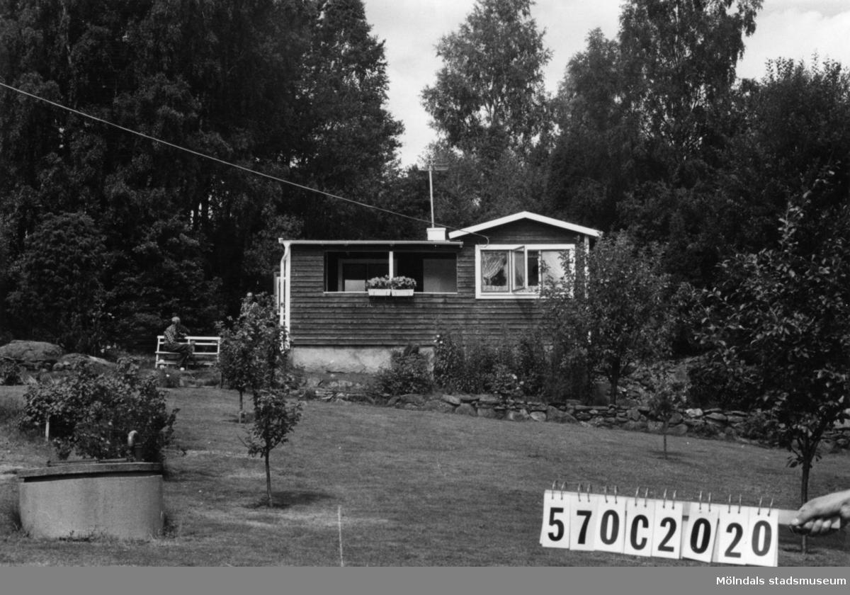 Byggnadsinventering i Lindome 1968. Dvärred 2:67. Hus nr: 570C2020. Benämning: fritidshus och redskapsbod. Kvalitet, fritidshus: mycket god. Kvalitet, redskapsbod: mindre god. Material: trä. Tillfartsväg: framkomlig. Renhållning: soptömning.