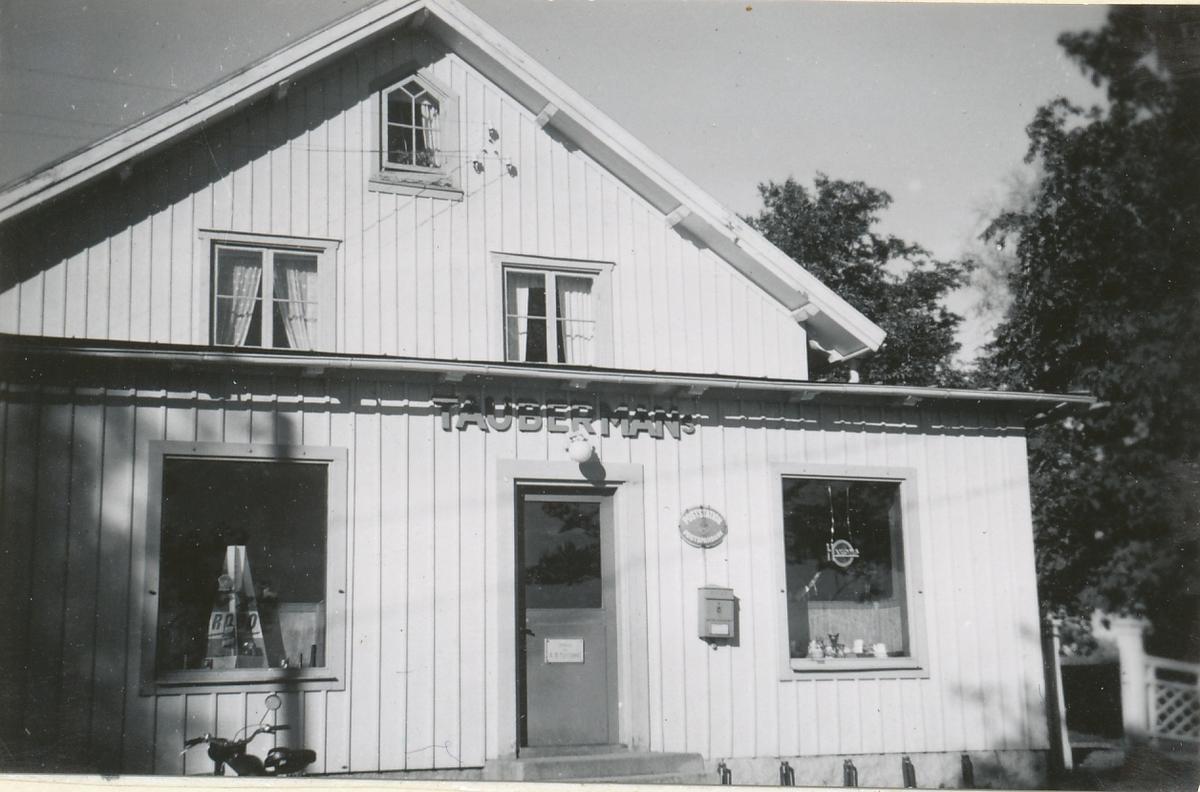 Exteriör av poststationen i Hackvad, inrymd i en butik, 1954.