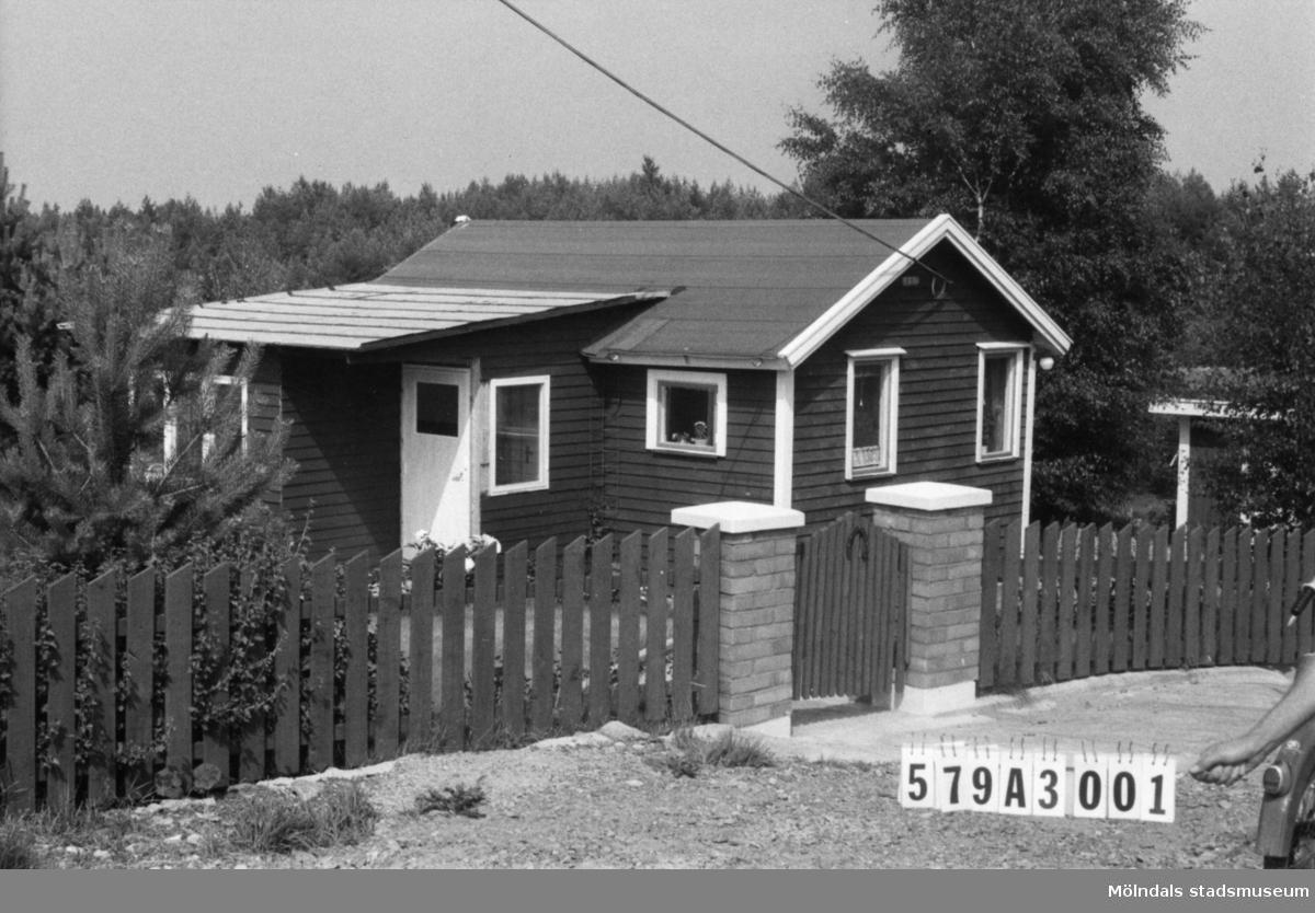 Byggnadsinventering i Lindome 1968. Lindome 6:40. Hus nr: 579A3001. Benämning: fritidshus och redskapsbod. Kvalitet, fritidshus: mycket god. Kvalitet, redskapsbod: god. Material: trä. Tillfartsväg: framkomlig. Renhållning: soptömning.