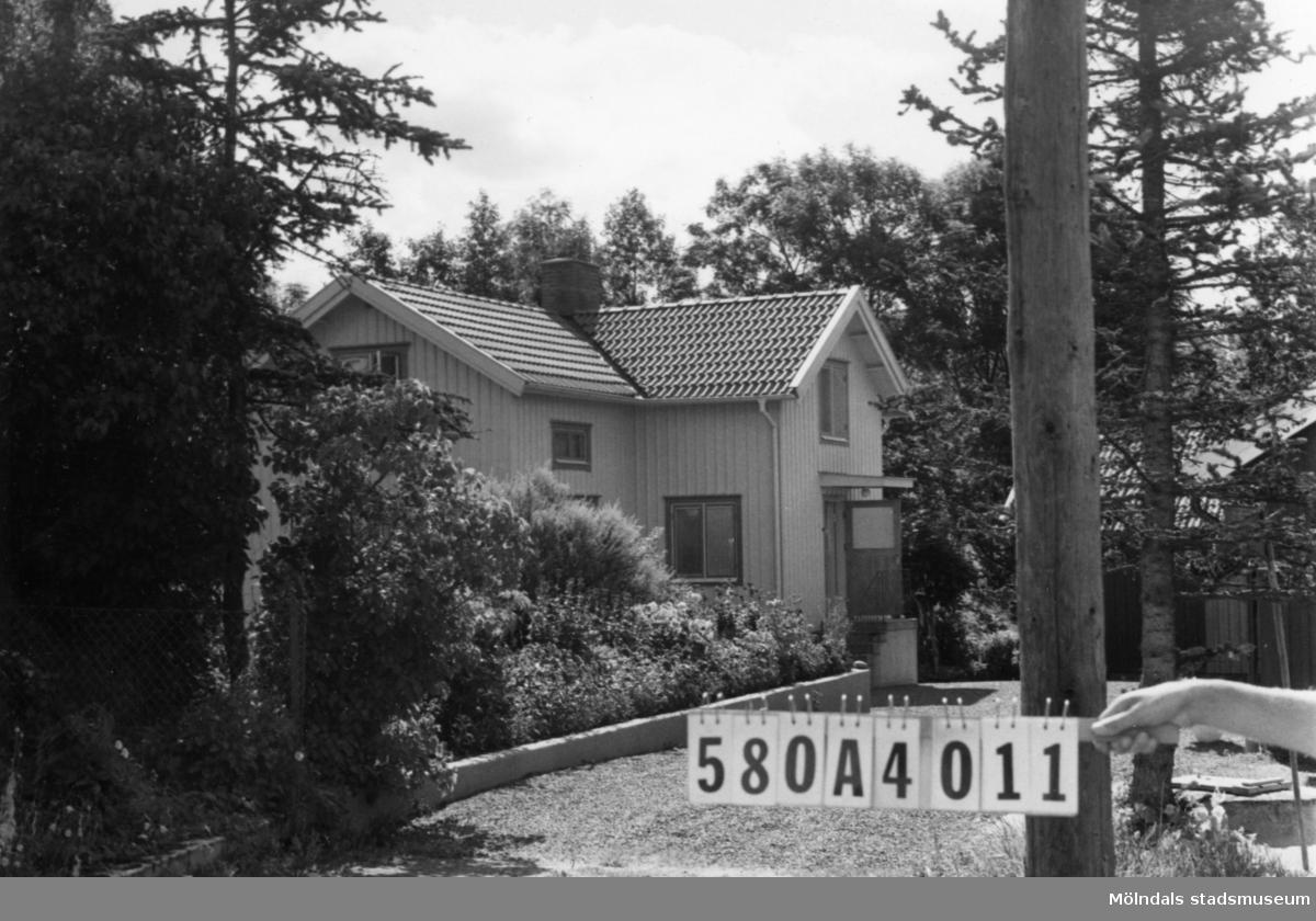 Byggnadsinventering i Lindome 1968. Hassungared 1:12. Hus nr: 580A4011. Benämning: permanent bostad och ladugård. Kvalitet: god. Material: trä. Tillfartsväg: framkomlig.