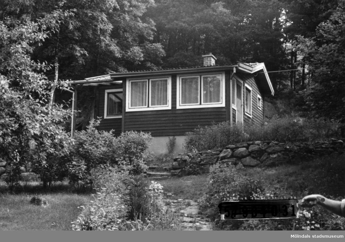 Byggnadsinventering i Lindome 1968. Hällesås 1:42. Hus nr: 548C3014. Benämning: fritidshus och redskapsbod. Kvalitet, bostadshus: mycket god. Kvalitet, redskapsbod: mindre god. Material: trä. Tillfartsväg: framkomlig. Renhållning: soptömning.