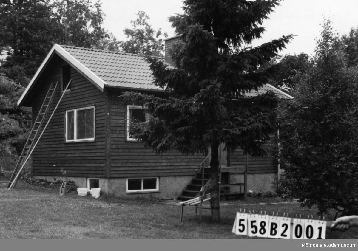 Byggnadsinventering i Lindome 1968. Kimmersbo 1:31. Hus nr: 558B2001. Benämning: fritidshus. Kvalitet: mycket god. Material: trä. Tillfartsväg: framkomlig. Renhållning: soptömning.