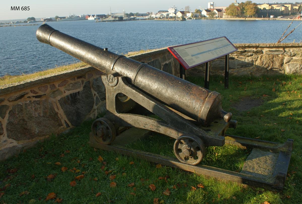 """6 pundig slätborrad framladdningskanon M/Ashling, av 310 kulors vikt, med lavett, L = 2050 mm B = 830 mm H = 1000 mm och kursör, av järn. Kanonens gjut. nr 111. Märkt å ena tappen """"H"""" och å den andra """"86""""."""