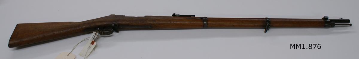 Gevär, tyska mauser-repeter m/1871, märkt 18251.10.95. Waffenfabr. Mauser. Kolven av trä, pipa och mekanism av stål. Beslagen av järn.