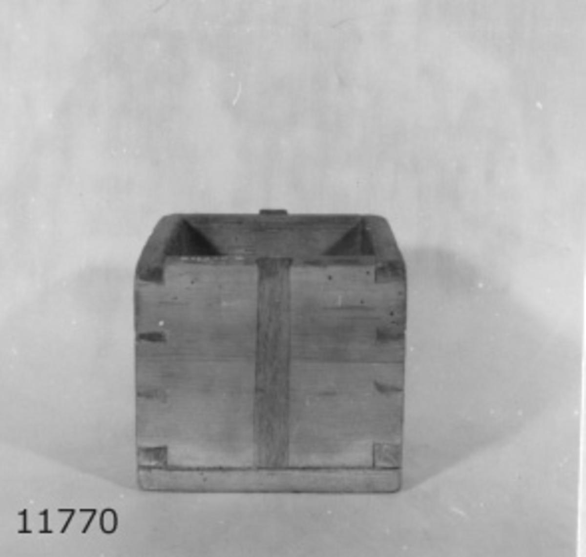 Kar av furuträ, krönt år 1873. Rymmer 1 kanna (=2.6 liter)  Kubformat. Sidorna sinkade till vanandra, botten fastsatt med spik. Märkning: 1 K  B M N  (N:et kan tydas som H) 1873 samt en kronstämpel.