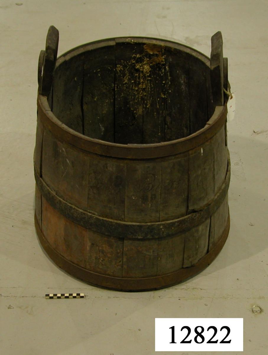 Så, vatten- Konisk. Försedd med tre järnband. Två laggar förlängda till handtag med runda hål för bärok. Kring hålet ett hästskoformat beslag. Rödmålat.
