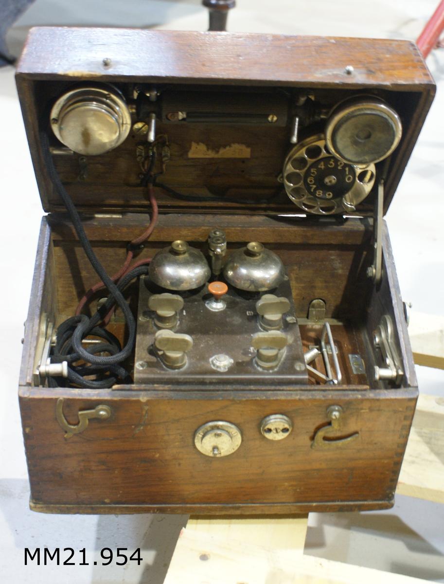 Lådtelefon M/06 monterad i låda av teak. SSS 108,2.