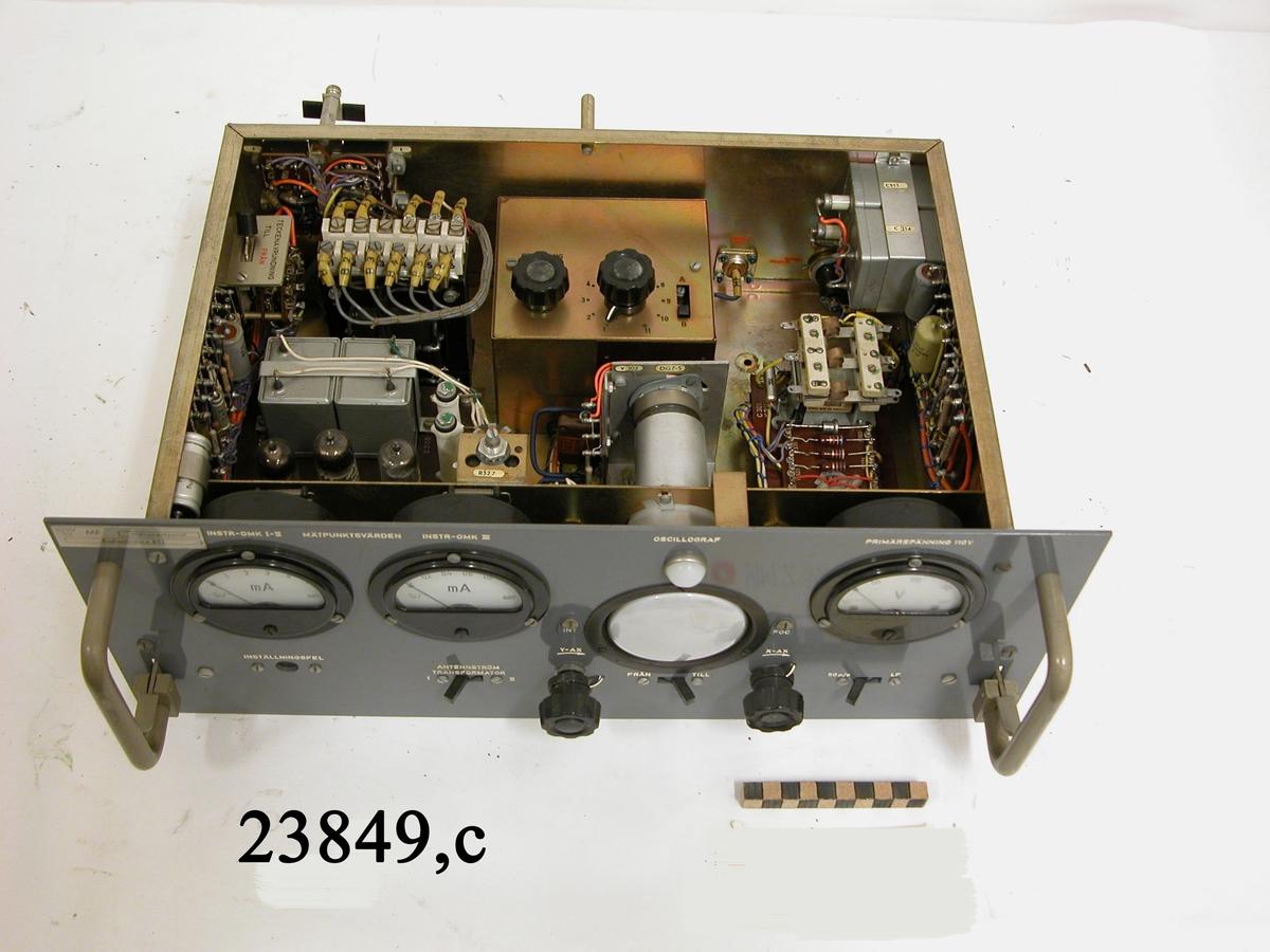 Instrumentpanel med manöverorgan och instrument.
