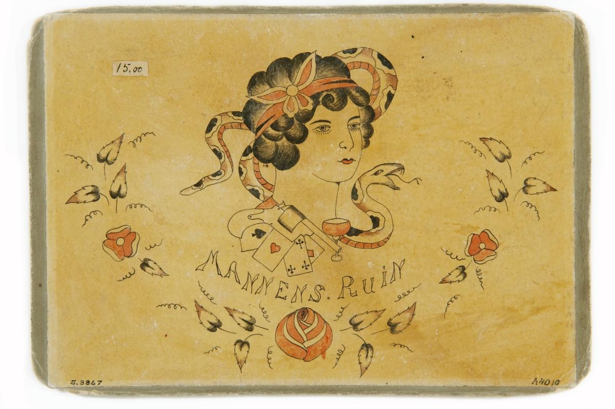 """Tatueringsförlaga. Kvinna mot bakgrund av orm. Därunder spelkort, vinglas och revolver sam texten """"MANNENS RUIN"""". Underst en blomstergirland."""