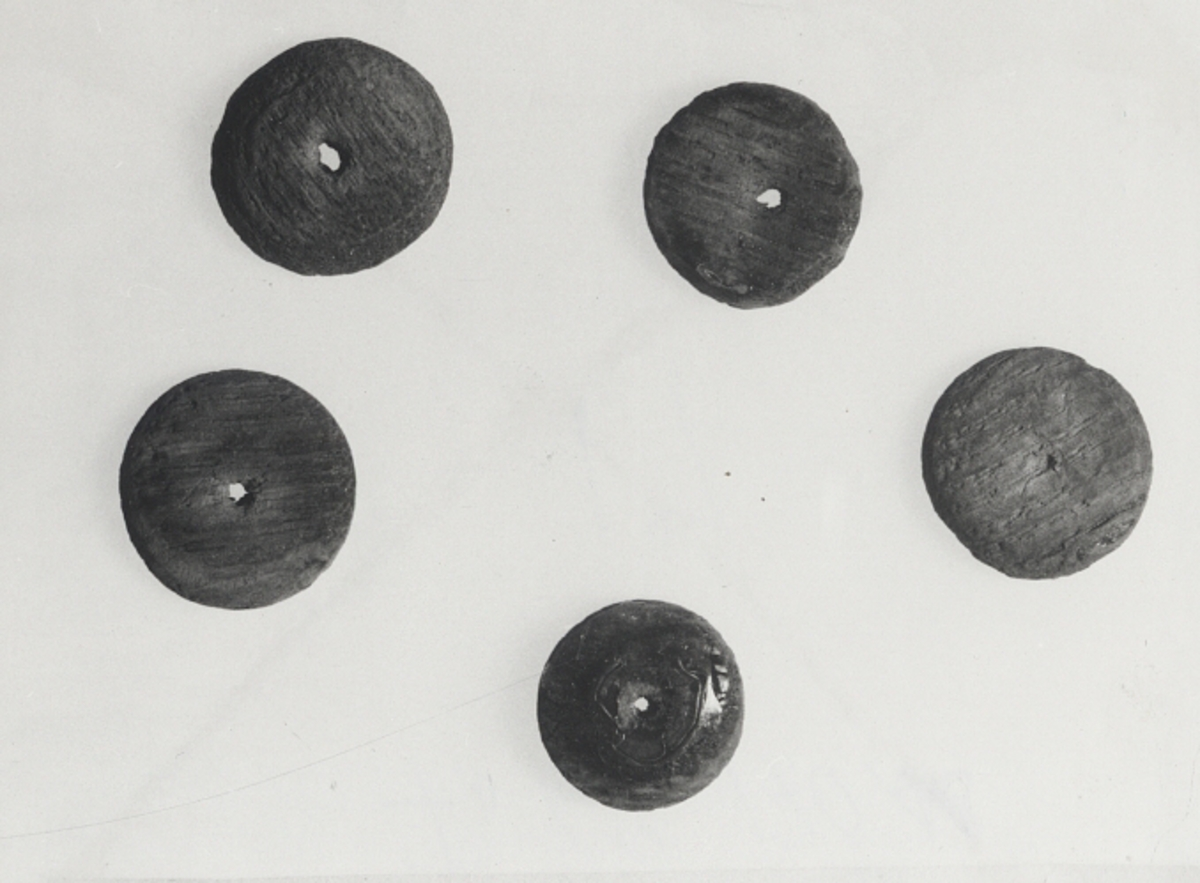 Plan undersidaFöremålets form: Rund, ett hål, något konvex översida x)