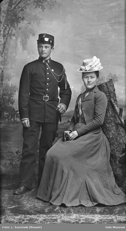 dobbeltportrett, kvinne, mann, elev ved infanteriets underoffisersskole, uniform, sittende og stående helfigur