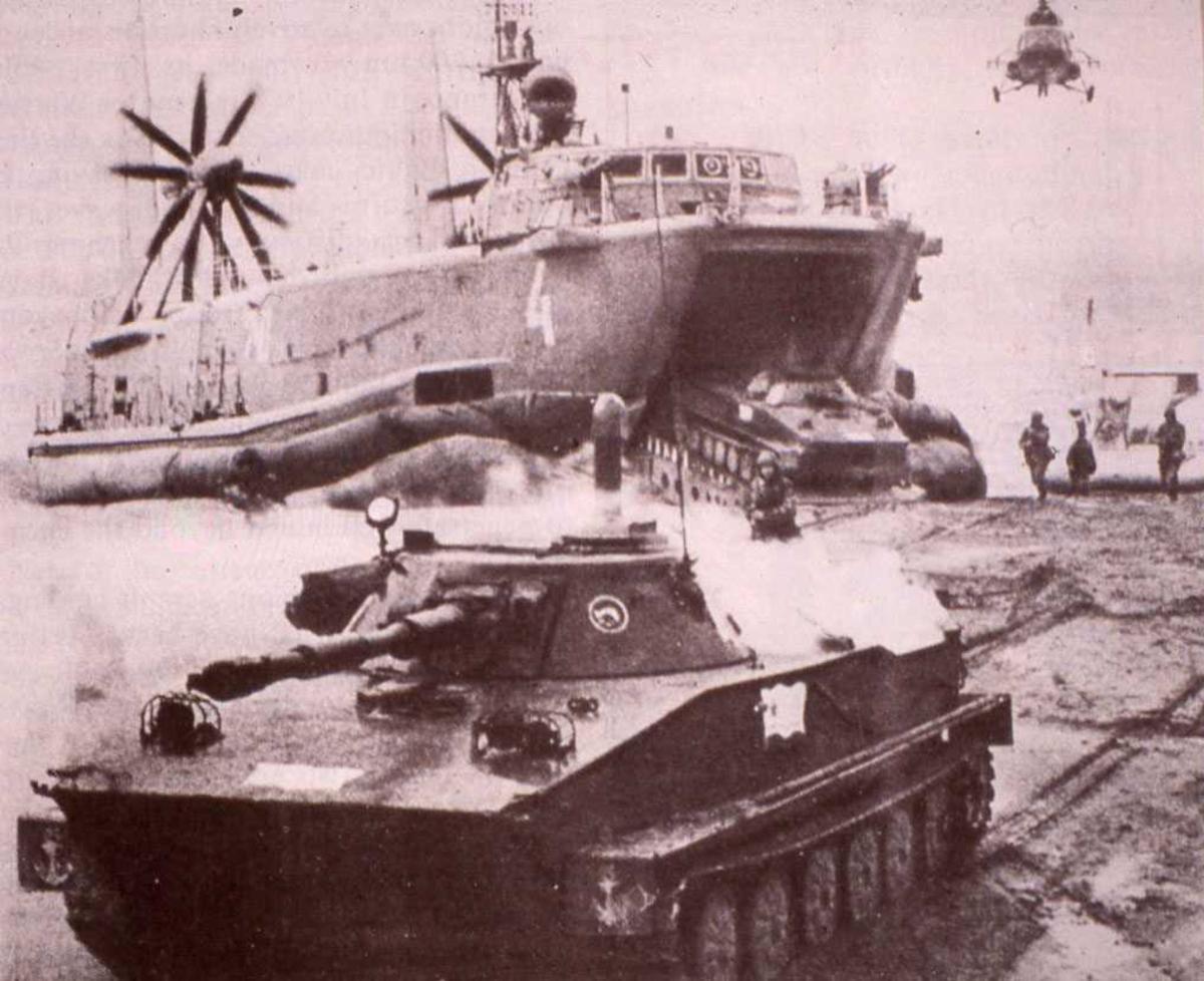 Russisk fartøy av Aist (Dzheyran) - klassen med nr. 740. Den er også nummerert med nr. 4 fremme i baugen. Fartøyet losser flere tanks som er av typen PT-76. Helikopteret som sees i bakgrunnen er av typen Mi-8.