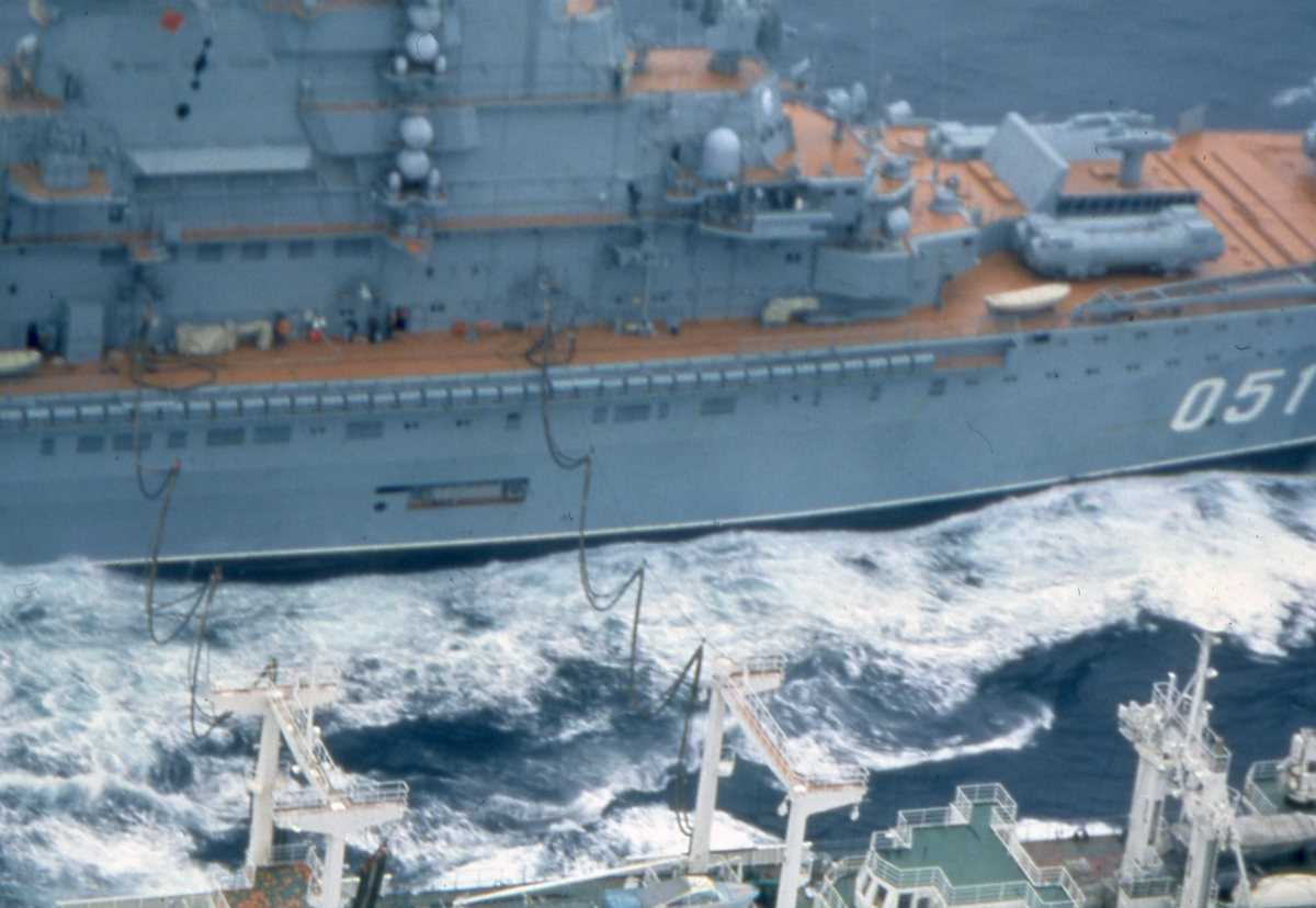 Russisk hangarskip av Kiev - klassen med nr. 051. Det nærmeste fartøyet er av Boris Chilikin - klassen.