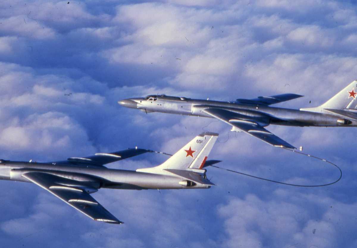 Nærmest sees et russisk fly av typen Badger A Tankfly  med nr. 65 og lengst fra sees et russisk fly av typen Badger C Modifisert, med nr. 03.