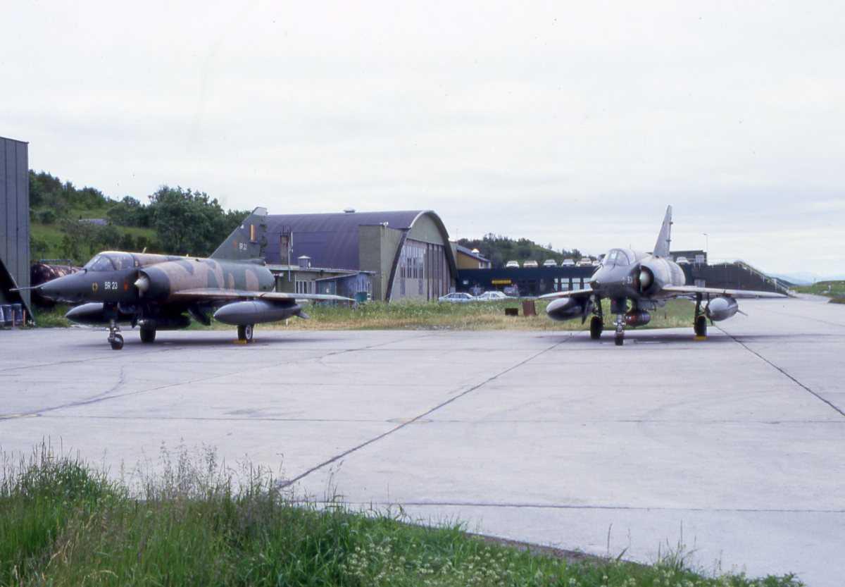 2 stk Belgiske fly av typen Mirage 5 med nr. BR 24 (til høyre) og BR 23, parkert utenfor Hangar 5 på Bodø hovedflystasjon.