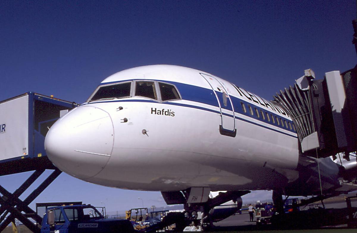 Lufthavn, ett fly på bakken Boeing 737-400 fra Hafdis, Iceland. Landgang ved flyet. Kjøretøy og personer.