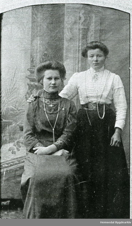 Frå venstre: Kari Huso, fødd 1894 og Birgit Brandvold, fødd Grøndalshaugen - båe frå Hemsedal.
