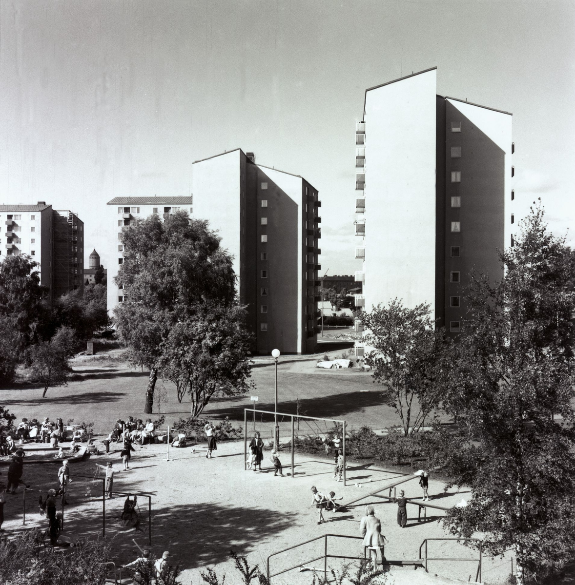 Bostadsområde Södra GuldhedenExteriör, punkthus. Lekplats och träd i förgrunden