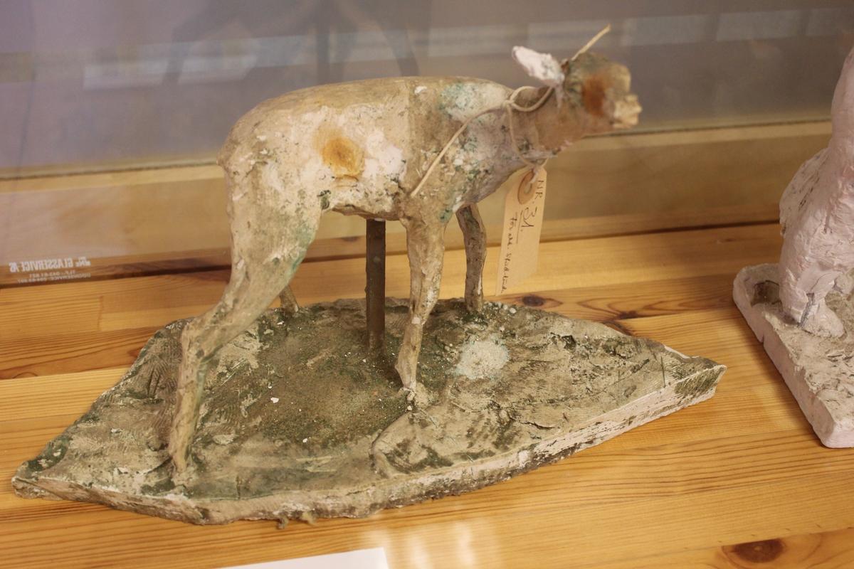 """Skulptur i gips av en hjortekalv. Tittel: """"STOREBROR"""". Forarbeid til """"studenterlundgruppen"""" i Oslo."""