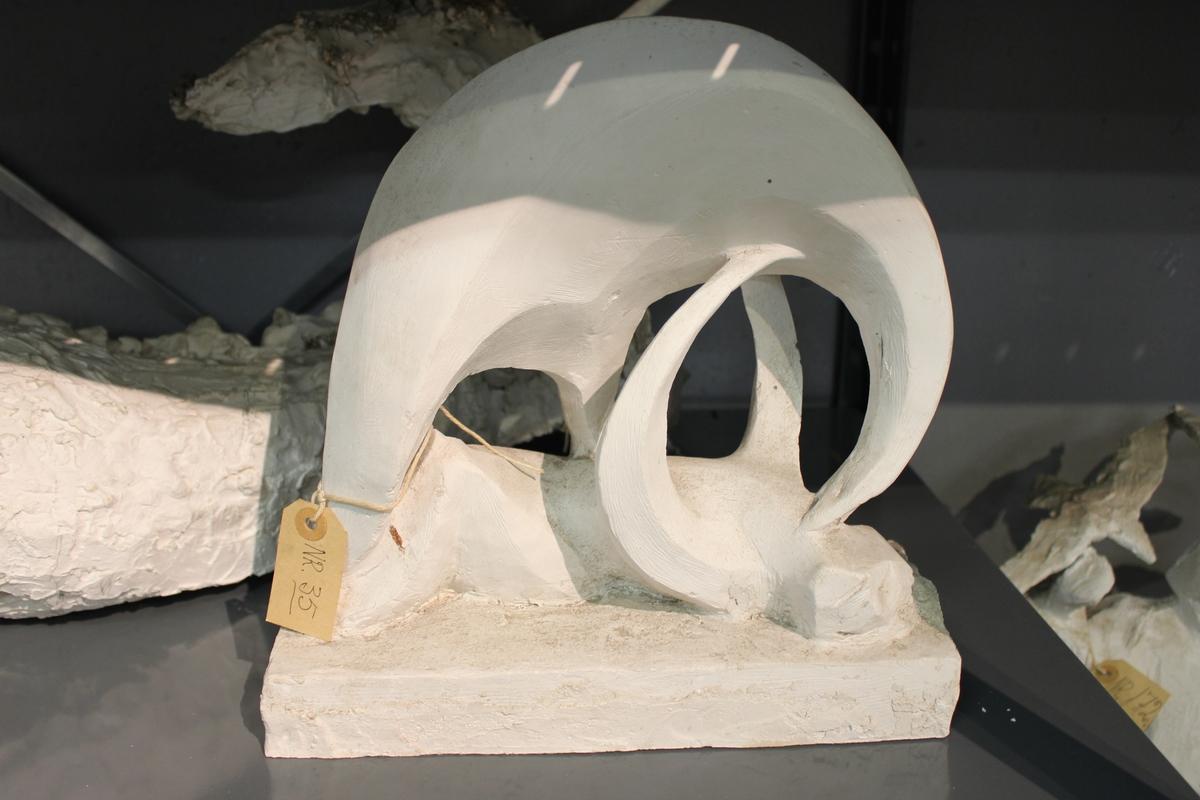 """Skulptur i gips. Tittel: """"KRIG"""" fra 1946. Del av utkast til monument over falne."""