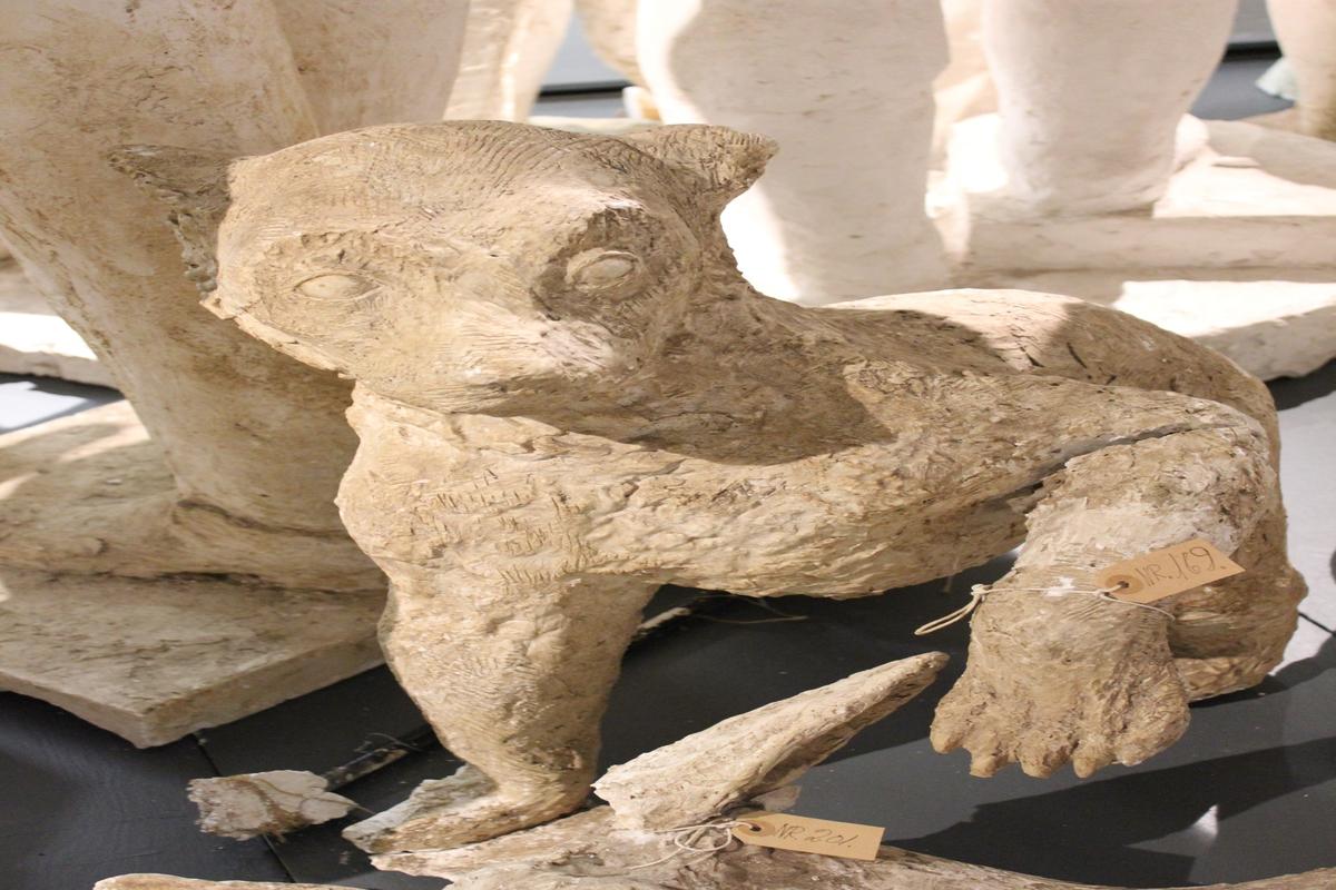 """Skulptur i gips av en bjørneunge. Tittel: """"BJØRNUNGE"""" og er en del av """"LEKENDE BJØRNER"""". Eskefabrikken i Kristiansand. Se også nr.169."""