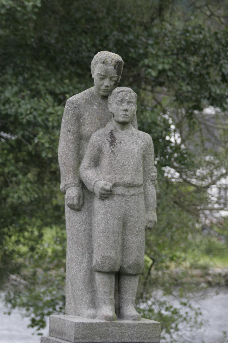 Skulptur i gips av en og en gutt. Utkast til minnesmerke over falne i Sør-Audnedal i 1947.