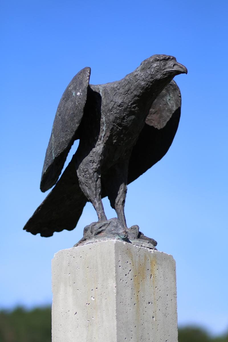 """Skulptur i bronse av en ørn. Tittel: """"Ørn på bytte""""."""