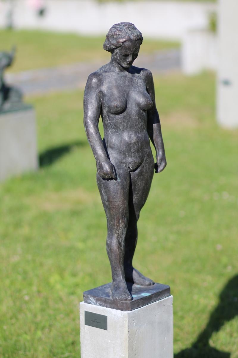 """Skulptur i bronse av en naken kvinne. Fædrelandsvennen kaller den for """"LISE"""" i 1953."""