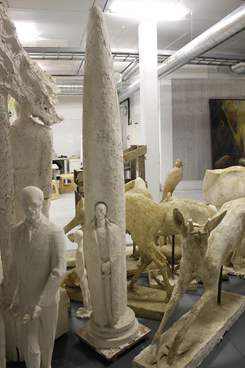 """Skulptur i gips av ett monument over Kong Haakon. Konkurranse utkast. Motto: """"Det samlede merke"""""""