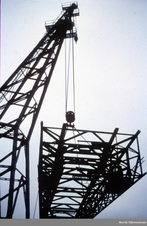 """Kranskip heiser opp boretårnet på """"Ocean Viking""""."""