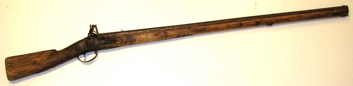 Form: Heilskafta av heimelaga stokk. Hagl- (23 23: gevær. Manglar flint, forøvrig komplett.
