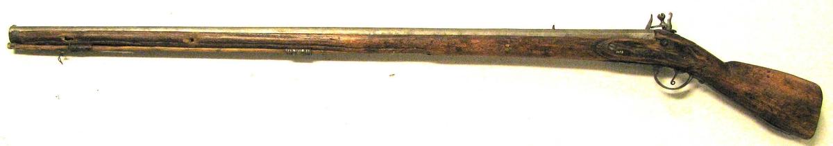 1 flintelaasgevær.  Et helskjæftet flintelaasgevær for hagl med ladestok av træ. Skjæftet hjemmearbeidet og ikke særlig vakkert for sig gjort. Løbet er 111,5 cm langt og har paa undersiden indstemplet et smedemærke samt  L X X X  I I I I. Paa oversiden har været indstemplet nogle nu ulæselige tal og bokstaver, der synes at tyde paa at geværet oprindelig har været et militærgevær, der senere omboret til haglgevær. Gave fra Ivar C. Offerdal, Feios.
