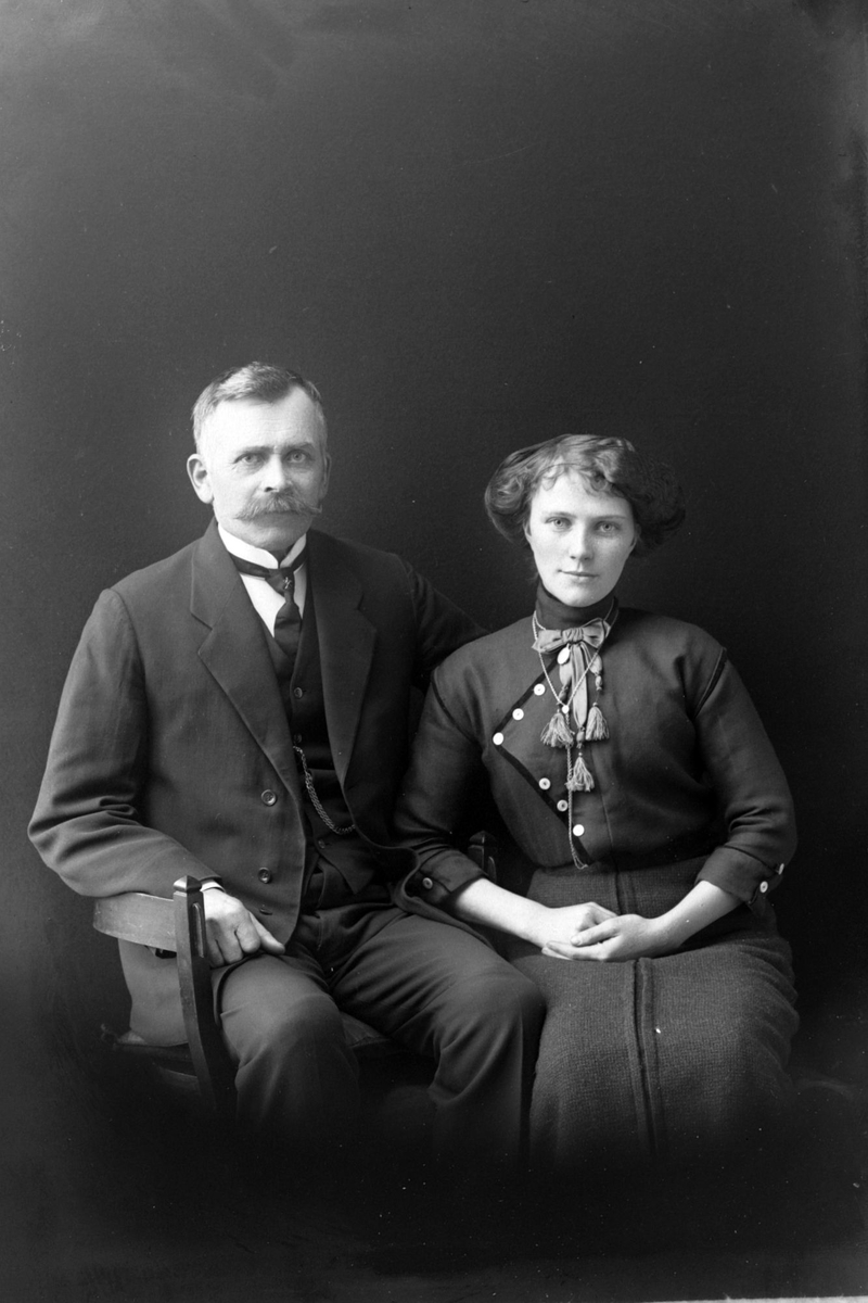 Studioportrett av Anders Grytten og hustru Marie Karlsen.