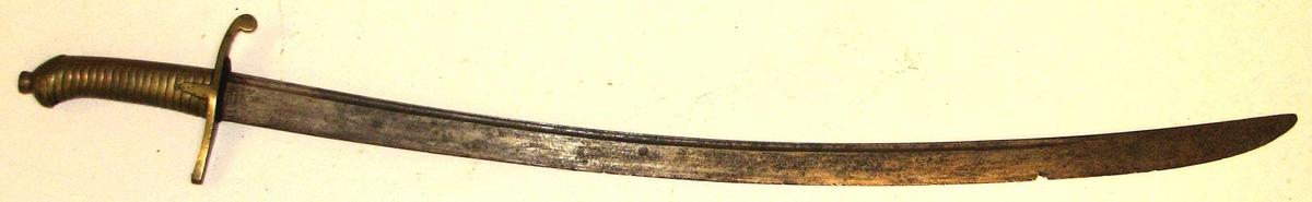 1 sabel.  Infanteriofficers sabel av typen 1808 - 1814. Bøilefestet av messing, i enden av nakke-stykket et løvehode. Klingen krum, paa den ene har været indætset nu forrustete forsiringer. Har tilhørt løitnant Hans Peter Grødern Rassmussen f. i Bergen 1793, død i Vik i Sogn. Løitn. R. deltog i krigen 1814. Gave fra overretssakfører Riisnæs, Vik.