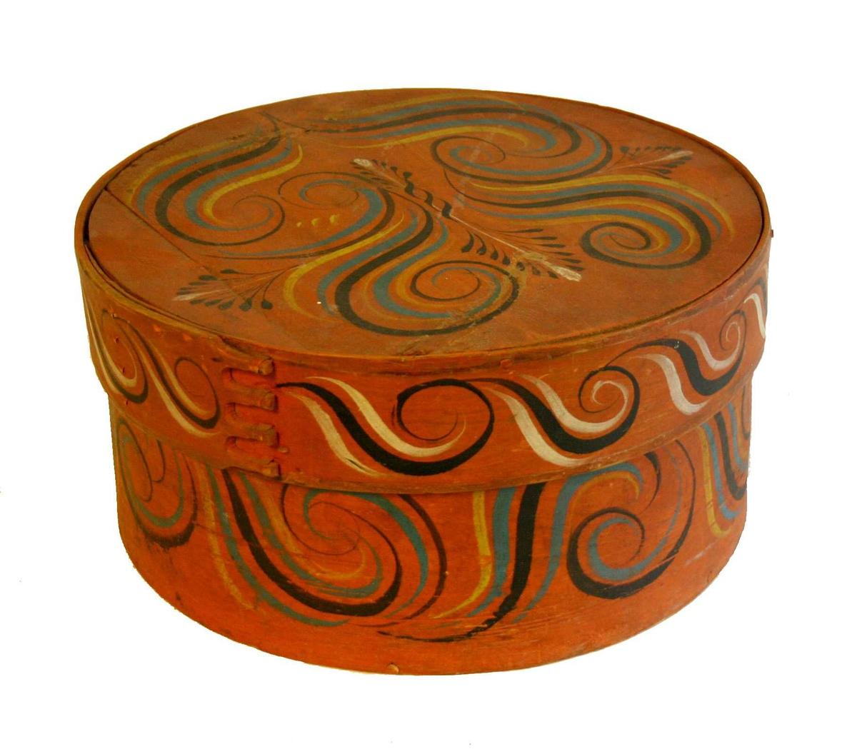 På sider spiralbord. Topplok spiralar og stiliserte aks (Sunnfjordstil).