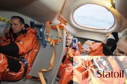 Livbåtøvelse på Statfjord C.    Livbåtene er av fritt fall