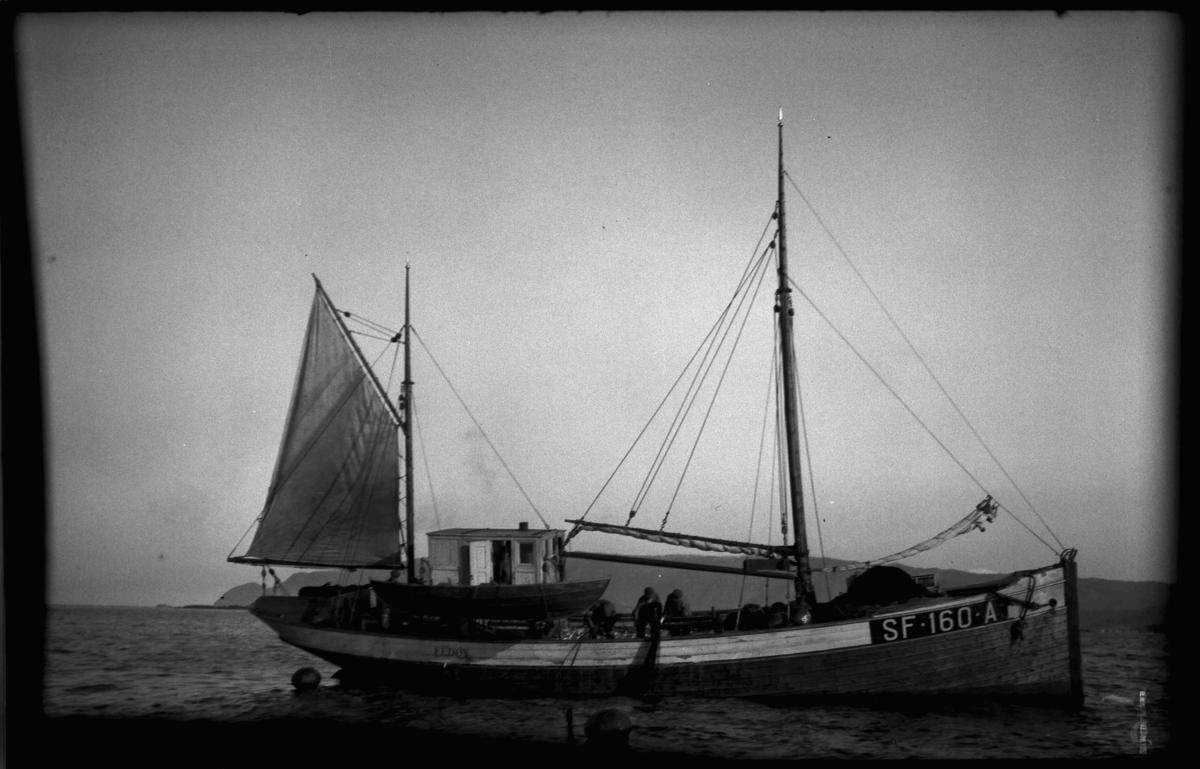 SF 160 A Mk Fedøy på vintersildfiske med drivgarn i Frøysjøen, Bulandet. Fedøy var bygd i 1927, ein 56 fot lang hardangerkutter eigd av Thomas Fedøy m. fl, Bulandet. Den var den første havgåande kutter i Bulandet som dreiv håbrandfiske. Den vart seinare ombygd til 70 fot.
