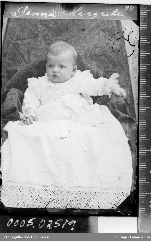 Portrett av et spedbarn i dåpskjole.