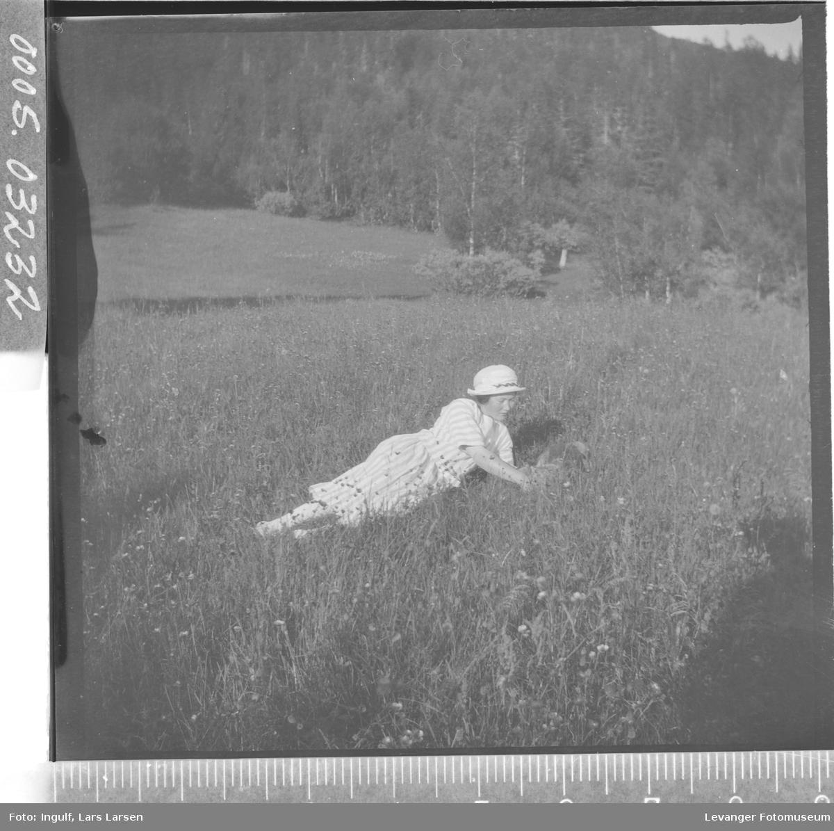 Portrett av en kvinne som ligger i en eng.