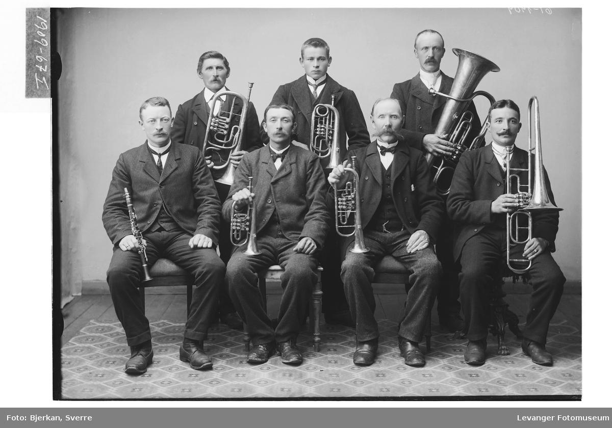 Bilde av musikanter med sine instrumenter