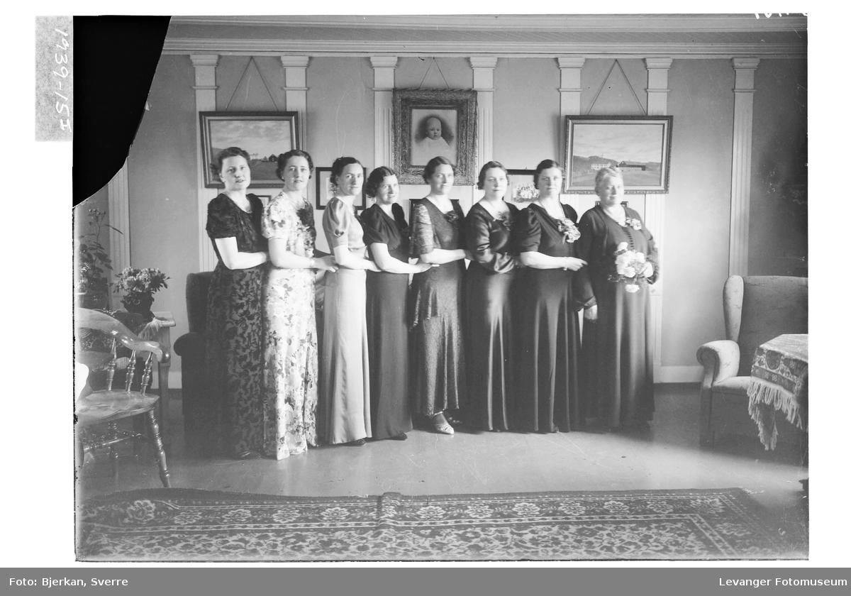 Fru Aasenhuus med døtre
