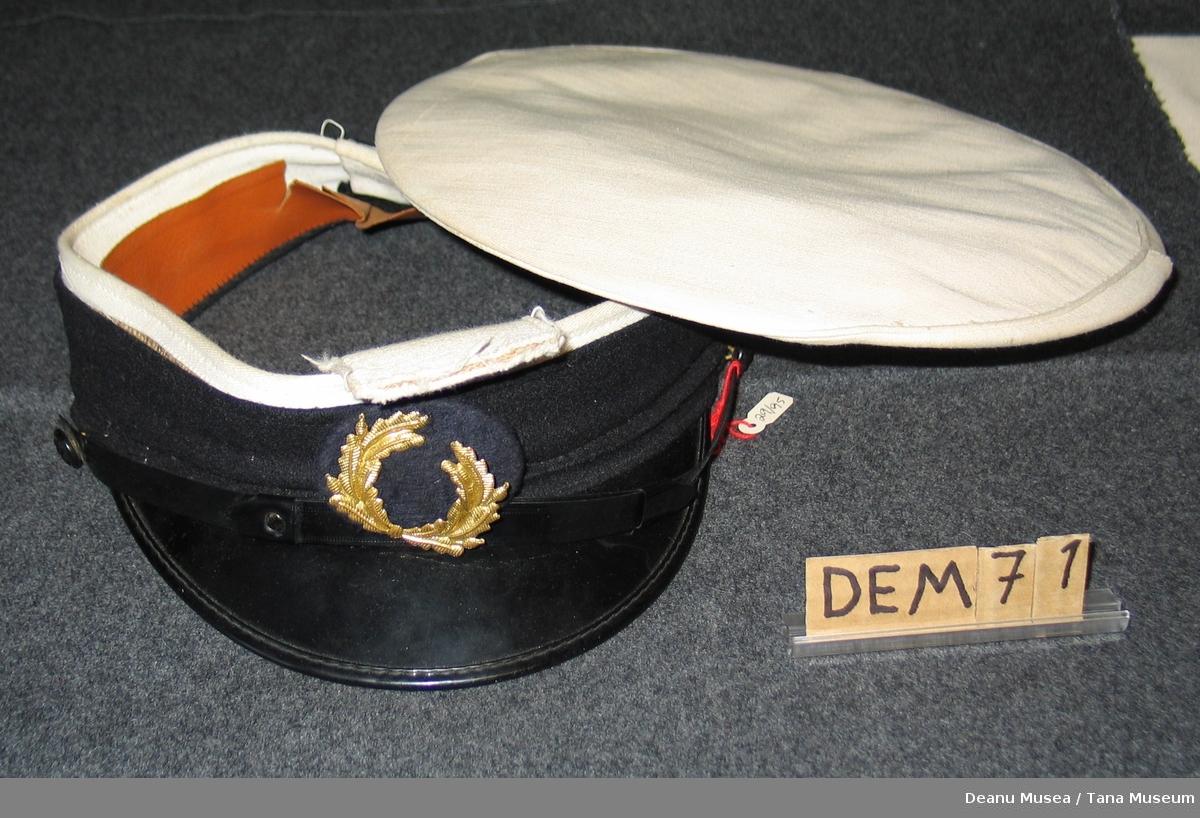 Uniformslue til korpsuniform. Skjermen har løsna fra pullen.
