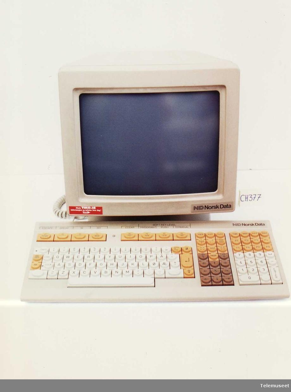 med monitor og tastatur