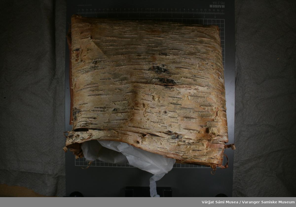 Neversekk, firkantet form, består av to store neverflak som er sydd sammen med seljerøtter.