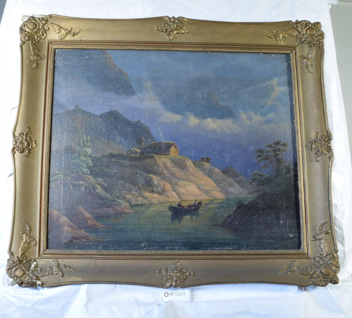 Maleriet viser en elv med bakenforliggende fjell og  en robåt med to personer i. Ovenfor elvens venstre bredde står to bygninger med torvtak.