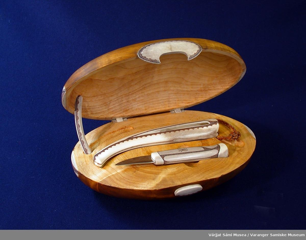 Skrinet har detaljer/dekor av horn og inneholder en kniv med slire. Knivskaftet og slira er av reinhorn. Låsen og hengslene på skrinet er også av reinhorn.  I slira er det festet en hempe av skinn. Alle horndetaljer har dekor som er gravert inn og smurt med et fargestoff, formodentlig en blanding av ospebark og et fettstoff.