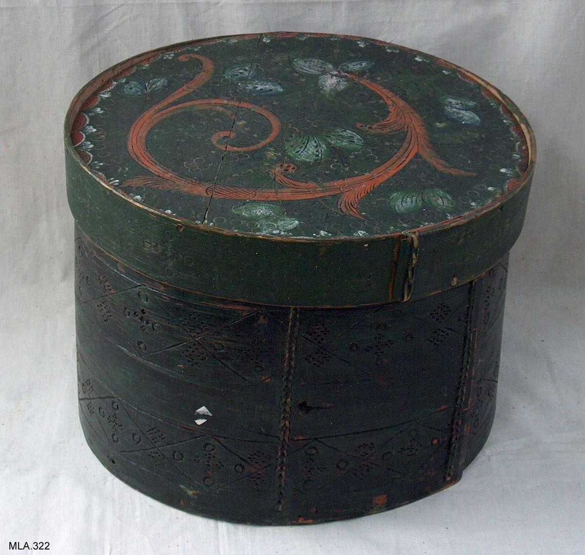 Klesask med lok. Sveipa og sauma med tåg. Svidekor under mørkgrøn farge. Loket har rosemåling i raudt, kvitt og svart.